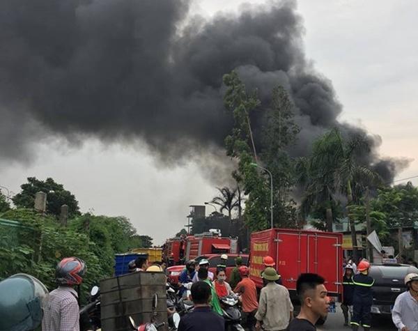 Cháy lớn tại xưởng chưng cất dầu bên đại lộ Thăng Long-1