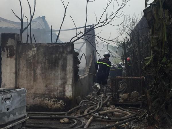 Cháy lớn tại xưởng chưng cất dầu bên đại lộ Thăng Long-2