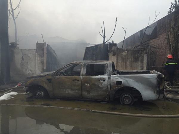 Cháy lớn tại xưởng chưng cất dầu bên đại lộ Thăng Long-3