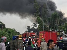 Cháy lớn tại xưởng chưng cất dầu bên đại lộ Thăng Long