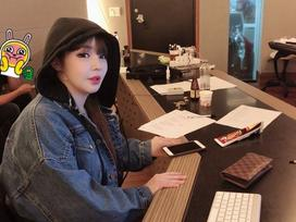 Khoe ảnh ngồi phòng thu, fan đứng ngồi không yên: 'Park Bom ơi, mau ra ca khúc mới nhé!'