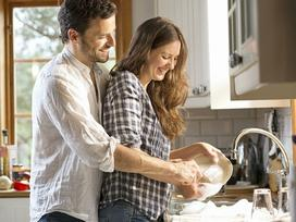 Rửa bát giúp đàn ông giảm căng thẳng, lại cải thiện cả khả năng… sinh lý
