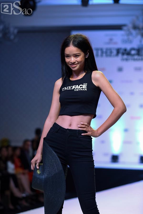 Chỉ mới vào top 36 nhưng thí sinh The Face trình diễn catwalk ra dáng người mẫu chuyên nghiệp lắm rồi-27