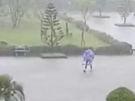 Nam sinh Thái Nguyên gây tranh cãi khi cõng bạn gái giữa trời mưa lớn
