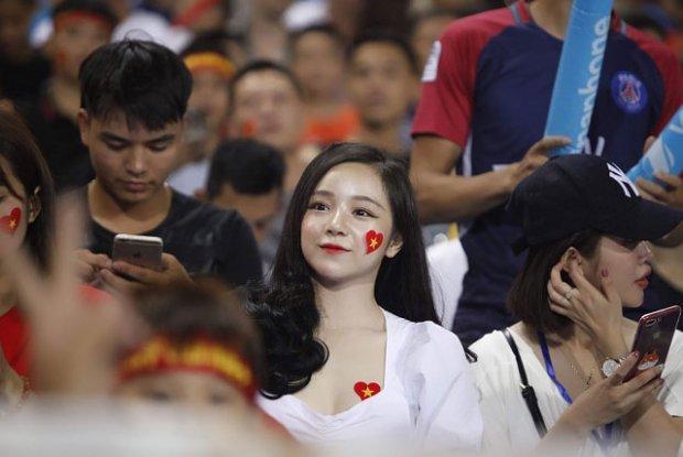 Báo Hàn phát cuồng trước vẻ đẹp nóng bỏng của 'hot girl ngủ gật' sau kỳ tích U23 Việt Nam-7