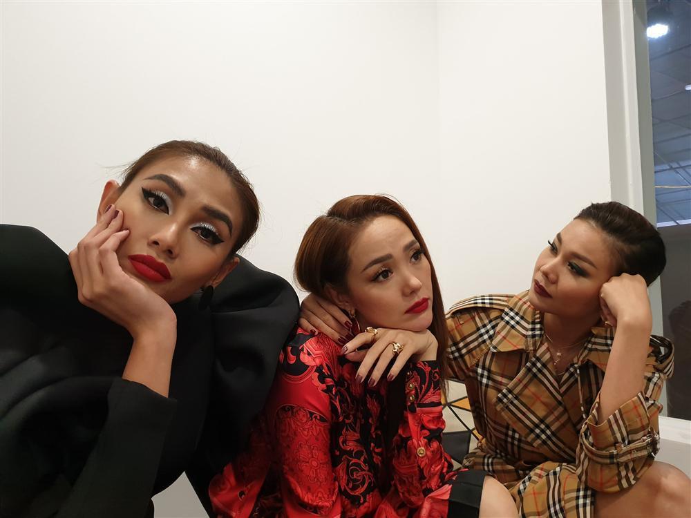 Thanh Hằng cùng Minh Hằng và Võ Hoàng Yến vật vờ sau hậu trường The Face-1