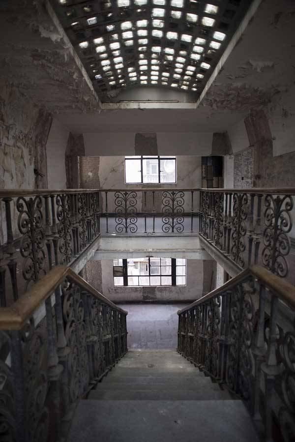 Lời nguyền bí ẩn về khách sạn ma ám bỏ hoang 50 năm giữa phố cổ-3