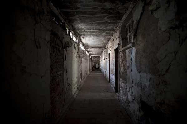 Lời nguyền bí ẩn về khách sạn ma ám bỏ hoang 50 năm giữa phố cổ-4