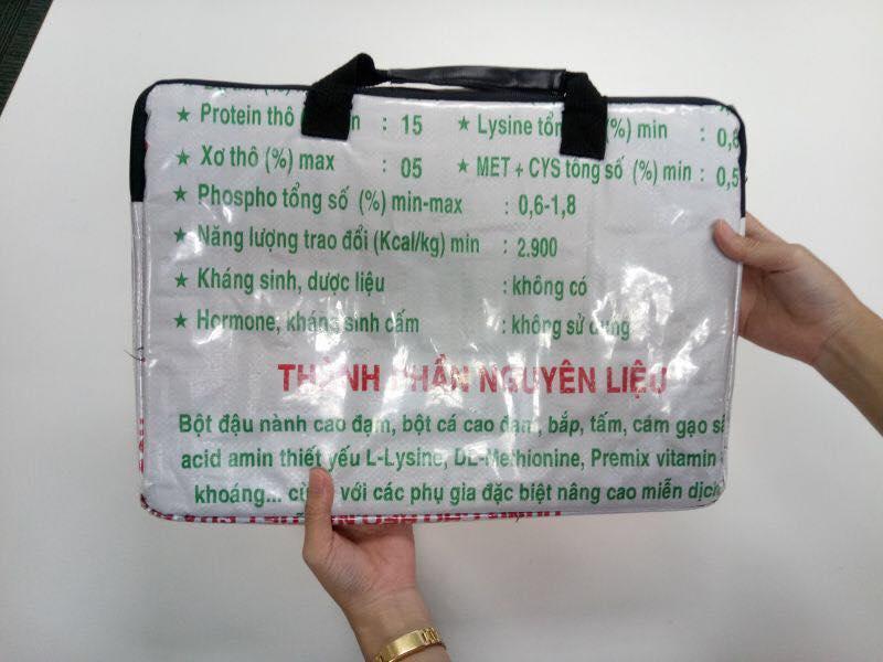 Đừng bao giờ nghĩ bao tải cám, phông bạt, làn đi chợ của Việt Nam là kém sang nhé!-11