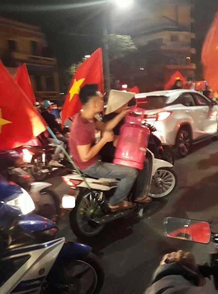 1.001 cách cổ động viên ăn mừng chiến thắng của Olympic Việt Nam-6