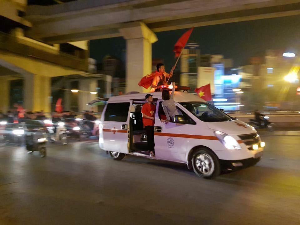 1.001 cách cổ động viên ăn mừng chiến thắng của Olympic Việt Nam-7