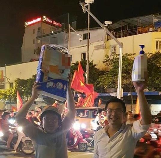 1.001 cách cổ động viên ăn mừng chiến thắng của Olympic Việt Nam-4