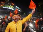 Khách nước ngoài sang Việt Nam du lịch cũng xuống đường 'quẩy' tưng bừng mừng chiến thắng U23 Việt Nam
