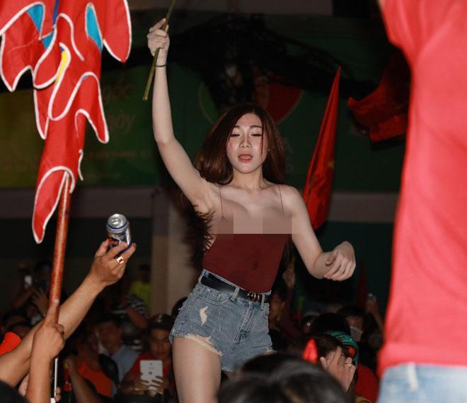 Cổ động viên nữ mặc áo trễ sexy ăn mừng U23 Việt Nam hạ Syria-2