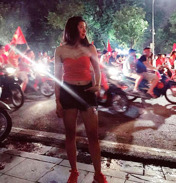 Cổ động viên nữ mặc áo trễ sexy ăn mừng U23 Việt Nam hạ Syria-5