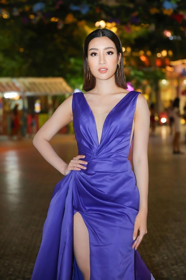 2 nàng hậu khoe chân trong mẫu váy xẻ cao ngút ngàn, Kỳ Duyên và Đỗ Mỹ Linh ai hấp dẫn hơn-2