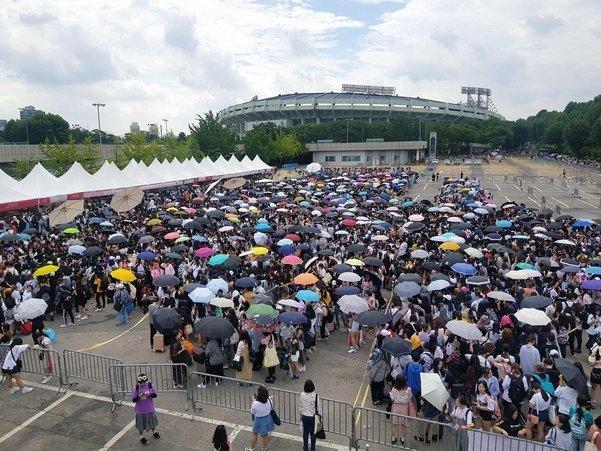 Big Hit chơi chiêu không bán online: Hàng ngàn fan BTS thức xếp hàng từ đêm khuya, rất nhiều phụ huynh có mặt để… bảo vệ con-1