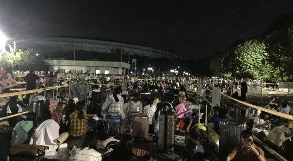 Big Hit chơi chiêu không bán online: Hàng ngàn fan BTS thức xếp hàng từ đêm khuya, rất nhiều phụ huynh có mặt để… bảo vệ con-2