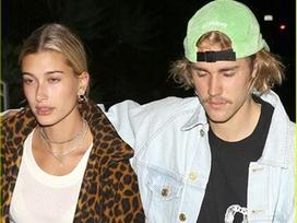 Justin Bieber lộ vẻ mặt căng thẳng, khoác vai bạn gái đi ăn tối