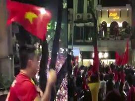 Hàng trăm fan vây kín nhà Tuấn Hưng sau trận đấu của U23 để làm điều này