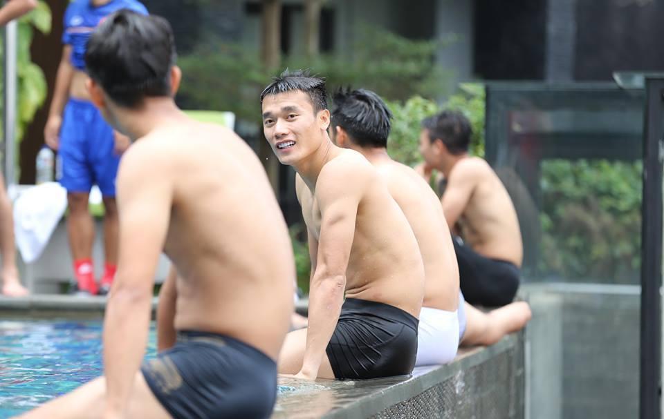 Khẳng định không biết bơi nhưng trung vệ Bùi Tiến Dũng quyết ăn thua đến cùng với Đình Trọng-3