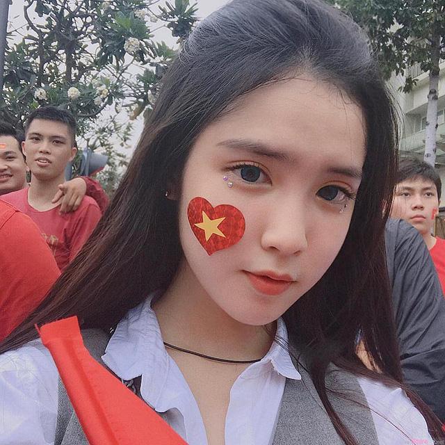 Gặp lại nữ sinh lai Việt - Trung bất ngờ nổi tiếng khi đi cổ vũ U23 Việt Nam-1