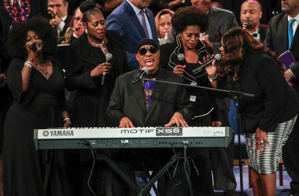 Clip nhức nhối: Ariana Grande bị quấy rối công khai tại tang lễ huyền thoại Aretha Franklin-1