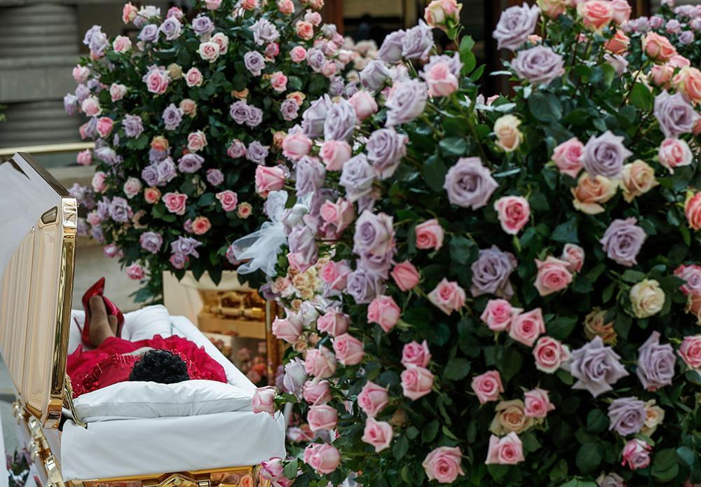 Clip nhức nhối: Ariana Grande bị quấy rối công khai tại tang lễ huyền thoại Aretha Franklin-4