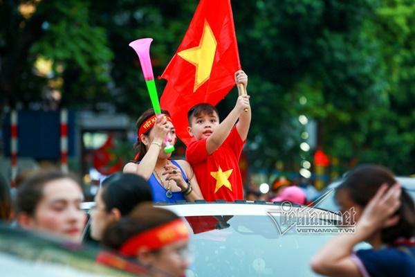Rầm rầm khắp phố Hà Nội hát vang dù U23 thua-6