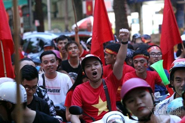 Rầm rầm khắp phố Hà Nội hát vang dù U23 thua-5