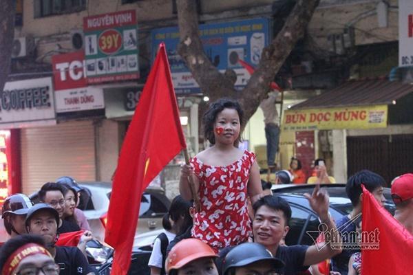 Rầm rầm khắp phố Hà Nội hát vang dù U23 thua-7