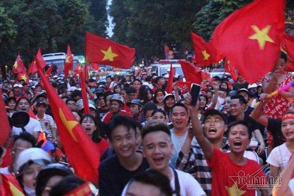 Rầm rầm khắp phố Hà Nội hát vang dù U23 thua-8