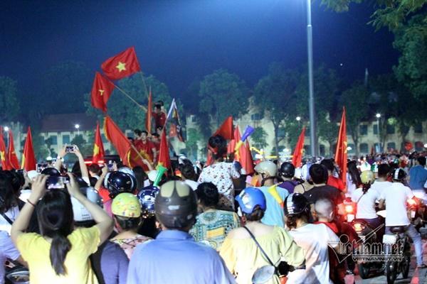 Rầm rầm khắp phố Hà Nội hát vang dù U23 thua-12