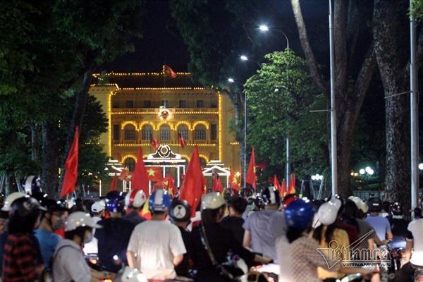 Rầm rầm khắp phố Hà Nội hát vang dù U23 thua-13