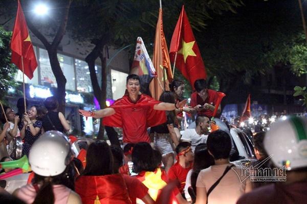 Rầm rầm khắp phố Hà Nội hát vang dù U23 thua-14