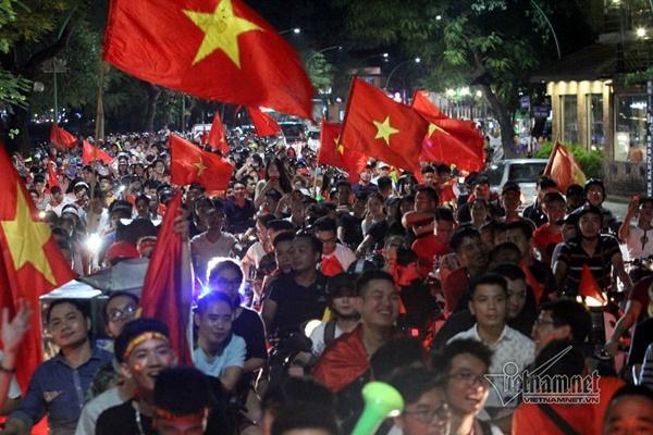 Rầm rầm khắp phố Hà Nội hát vang dù U23 thua-16