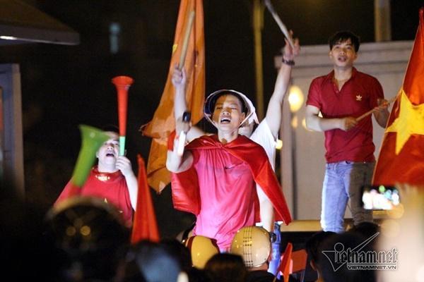 Rầm rầm khắp phố Hà Nội hát vang dù U23 thua-18