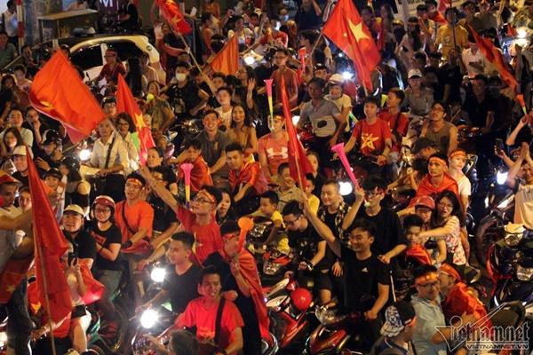 Rầm rầm khắp phố Hà Nội hát vang dù U23 thua-19