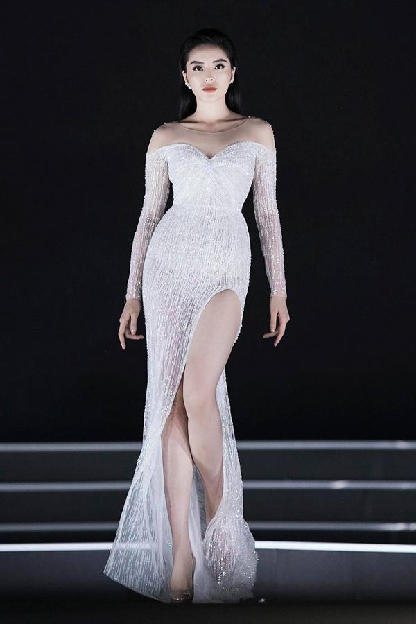 Lần đầu tiên, hoa hậu Kỳ Duyên nắm tay Đỗ Mỹ Linh công phá sàn catwalk-1