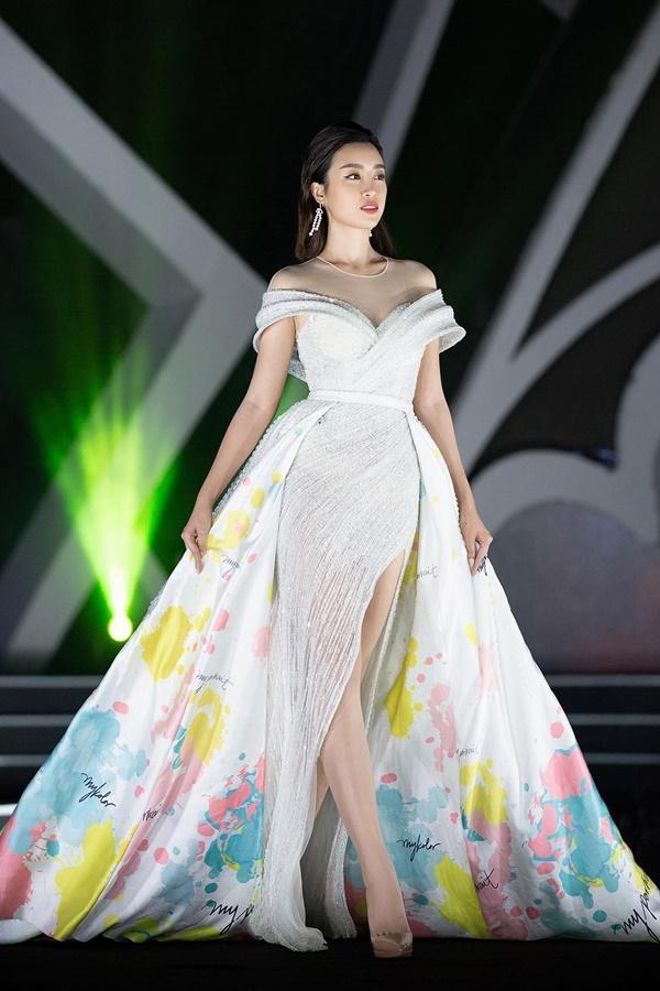 Lần đầu tiên, hoa hậu Kỳ Duyên nắm tay Đỗ Mỹ Linh công phá sàn catwalk-4