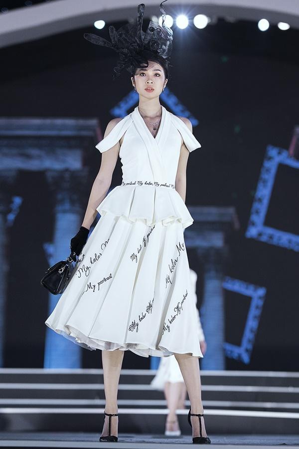 Lần đầu tiên, hoa hậu Kỳ Duyên nắm tay Đỗ Mỹ Linh công phá sàn catwalk-10