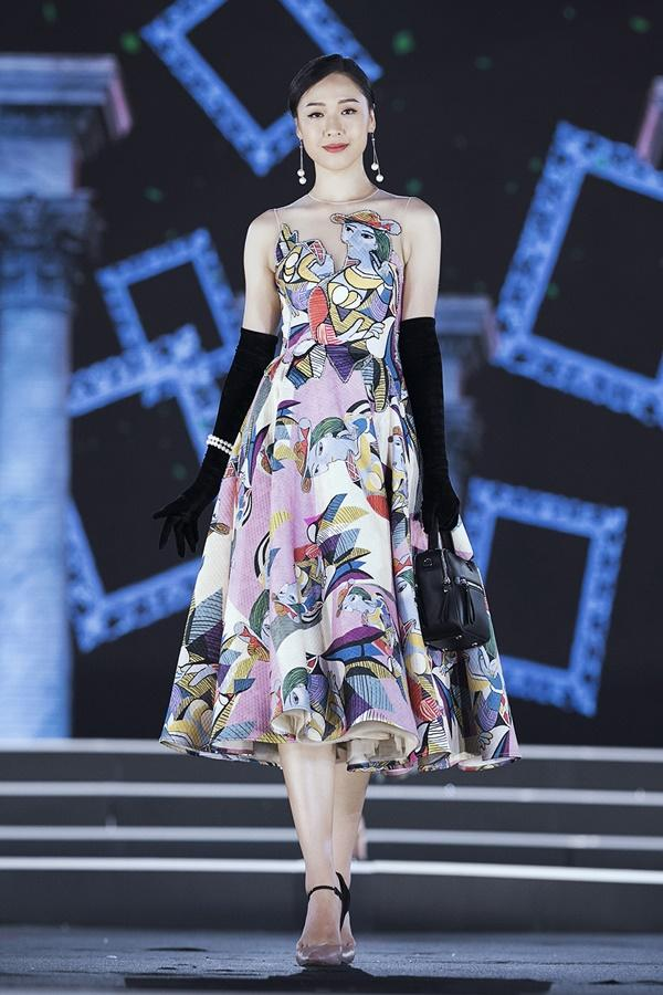 Lần đầu tiên, hoa hậu Kỳ Duyên nắm tay Đỗ Mỹ Linh công phá sàn catwalk-11