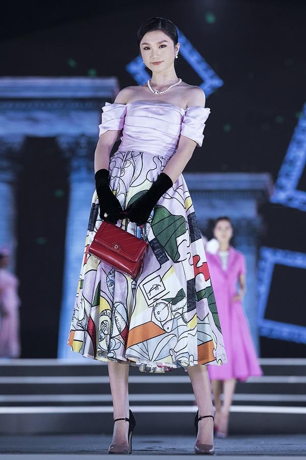 Lần đầu tiên, hoa hậu Kỳ Duyên nắm tay Đỗ Mỹ Linh công phá sàn catwalk-18