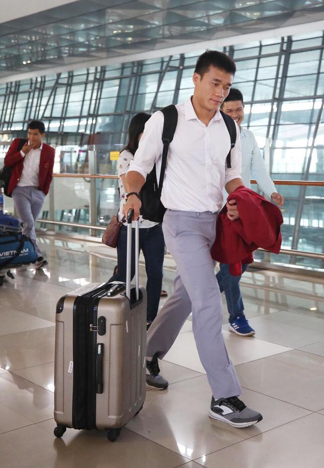 Bùi Tiến Dũng, Công Phượng cùng tuyển U23 Việt Nam mặc sơ mi bảnh bao về nước-1