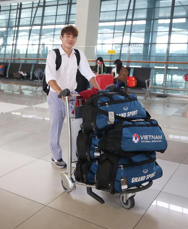 Bùi Tiến Dũng, Công Phượng cùng tuyển U23 Việt Nam mặc sơ mi bảnh bao về nước-2