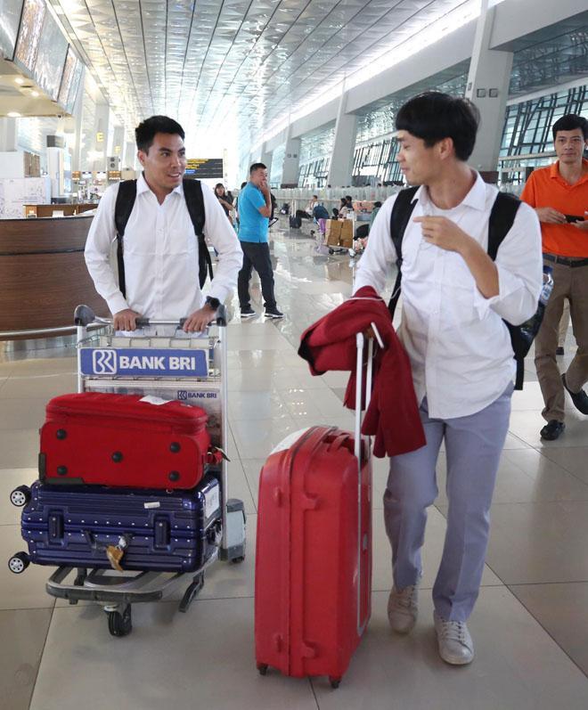 Bùi Tiến Dũng, Công Phượng cùng tuyển U23 Việt Nam mặc sơ mi bảnh bao về nước-3