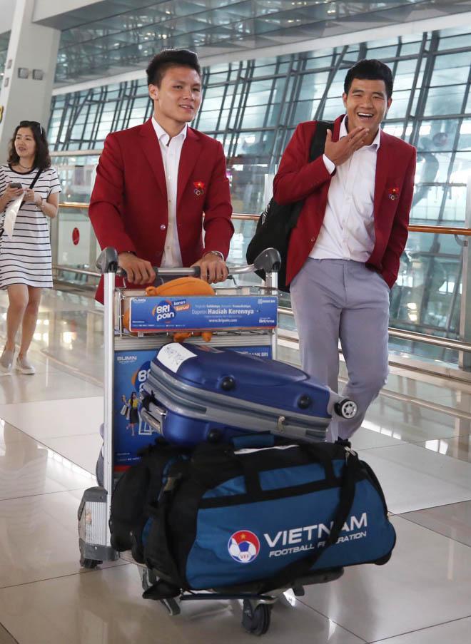 Bùi Tiến Dũng, Công Phượng cùng tuyển U23 Việt Nam mặc sơ mi bảnh bao về nước-4
