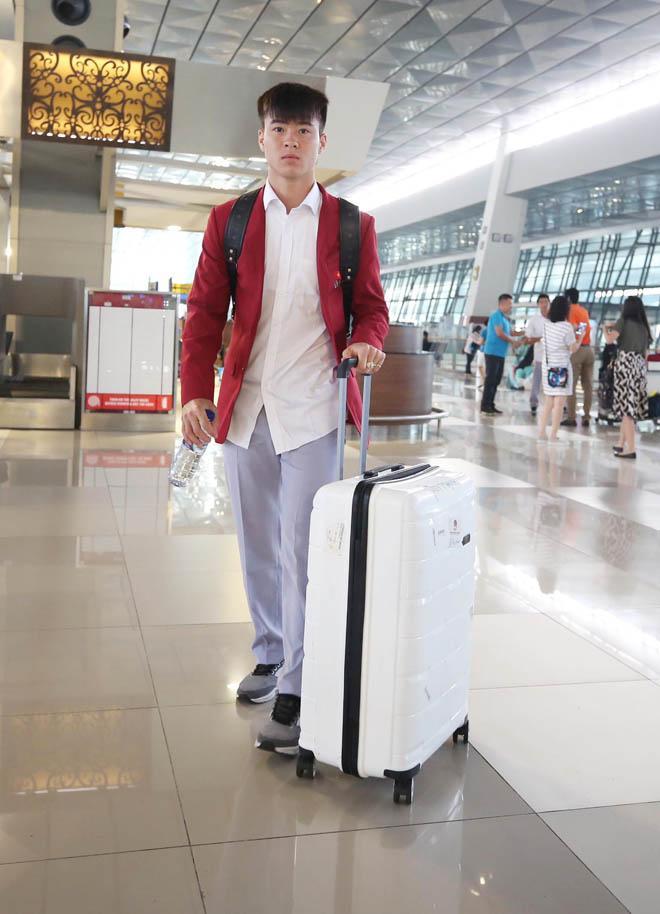 Bùi Tiến Dũng, Công Phượng cùng tuyển U23 Việt Nam mặc sơ mi bảnh bao về nước-7