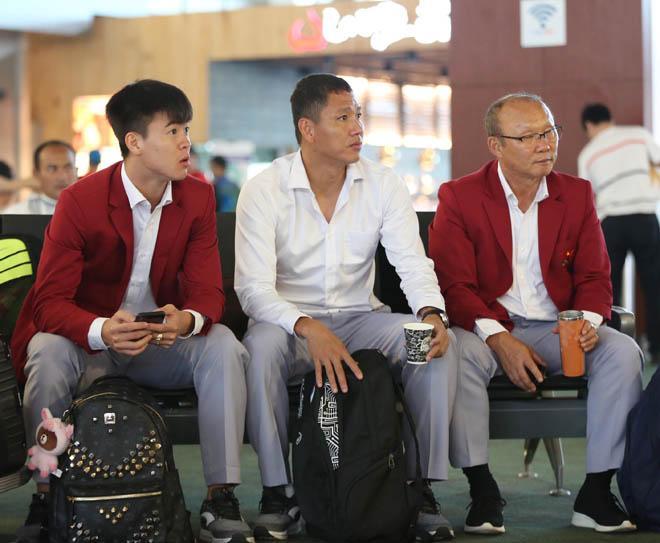 Bùi Tiến Dũng, Công Phượng cùng tuyển U23 Việt Nam mặc sơ mi bảnh bao về nước-9