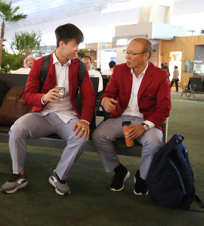 Bùi Tiến Dũng, Công Phượng cùng tuyển U23 Việt Nam mặc sơ mi bảnh bao về nước-8